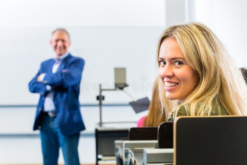 Ucznie learing w szkoła wyższa wykładzie zdjęcie stock