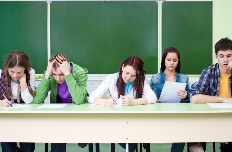 Ucznie na egzaminie w klasie zdjęcia stock