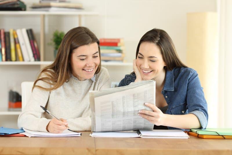Ucznie opowiada gazetową wiadomość obrazy stock