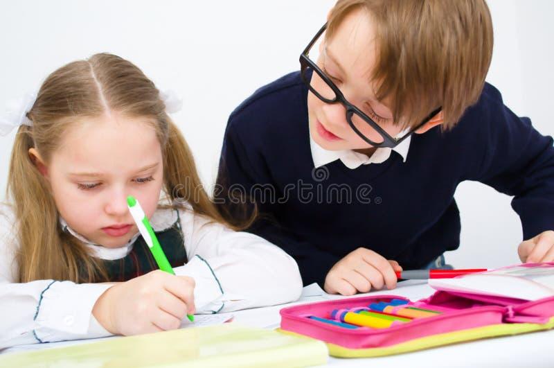 Ucznie pisze w workbook fotografia stock