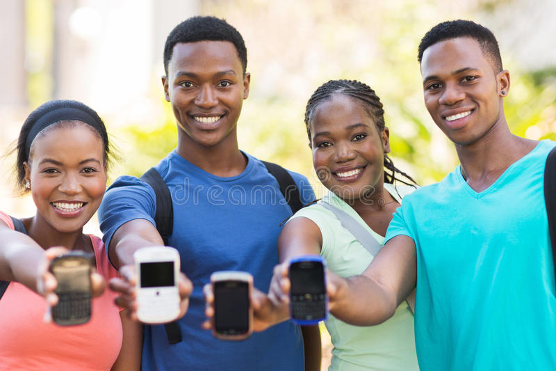 Ucznie pokazuje mądrze telefon fotografia royalty free