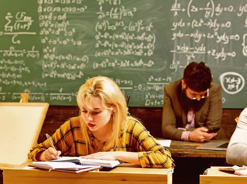 Ucznie pracują uczciwie Studencki omijanie egzamin euforyczna dziewczyna ogląda laptop w klasie Nauczyciela oddziaływanie zdjęcie royalty free