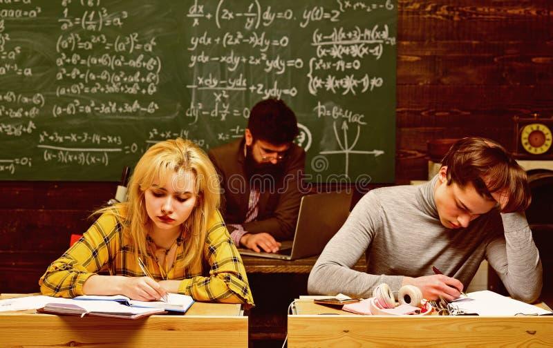 Ucznie pracuj? uczciwie Ucznie komunikuj? na miarowej podstawie z adiunktem Nauczyciel stawia oceny wysy?a informacje zwrotne zdjęcie royalty free