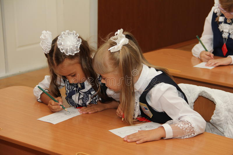 Ucznie przy szkolnym biurkiem przy lekcją przy szkołą Wrzesień 1 2016 - Rosja Moskwa pierwszy szkoła średnia pierwsza klasa b - zdjęcia stock