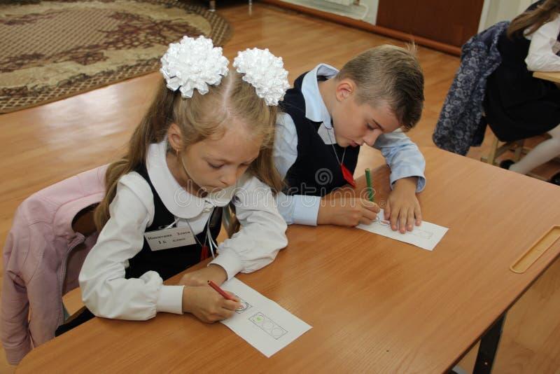 Ucznie przy szkolnym biurkiem przy lekcją przy szkołą Wrzesień 1 2016 - Rosja Moskwa pierwszy szkoła średnia pierwsza klasa b - fotografia royalty free