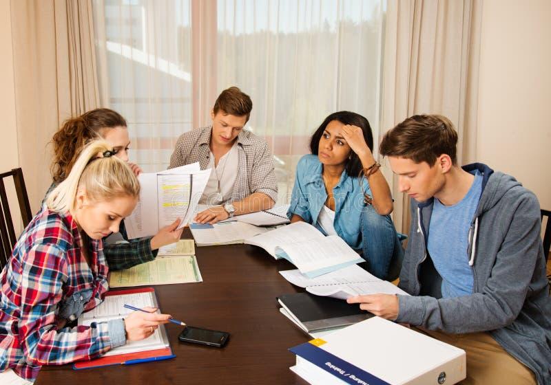 Ucznie przygotowywa dla egzaminów w domowym wnętrzu obraz stock