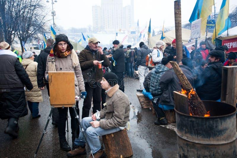 Ucznie rysują obrazek olej w tłumu demonstranci na ulicie zdjęcie royalty free