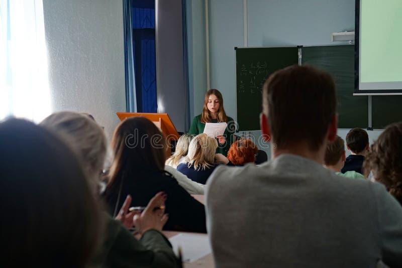 Ucznie słuchają wykład, widok od plecy zdjęcia stock