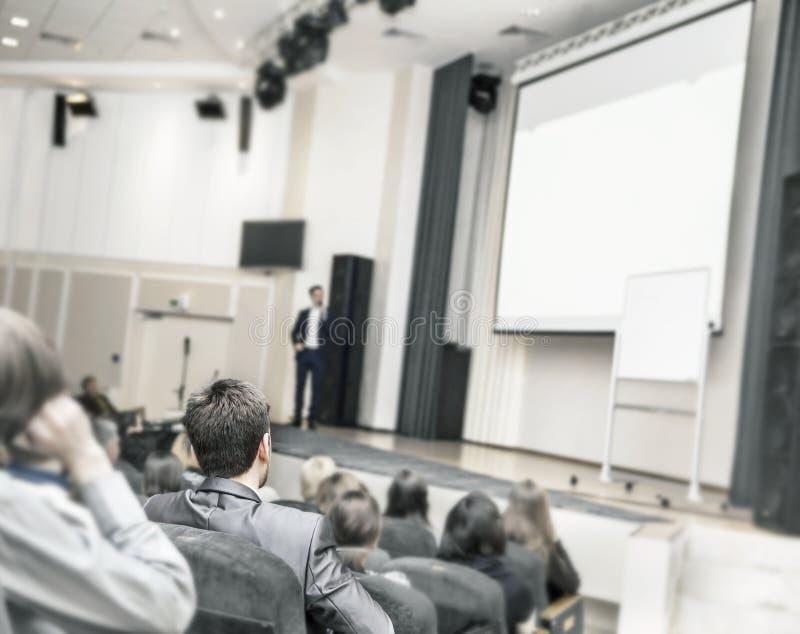 Ucznie siedzi biznesowi kursy w sala konferencyjnej dla biznesowego szkolenia fotografia stock