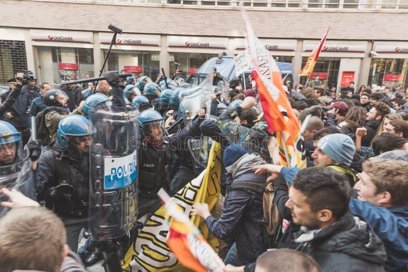 Ucznie stawać twarzą w twarz policję w Mediolan, Włochy obrazy royalty free