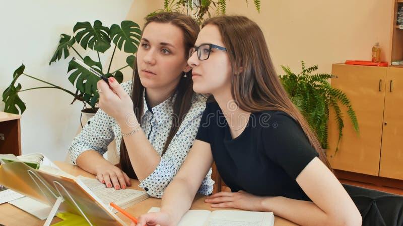 Ucznie studiują w sala lekcyjnej przy szkolnym biurkiem obrazy royalty free