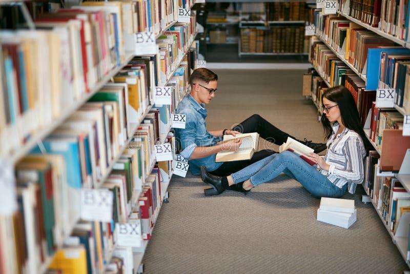 Ucznie studiuje w bibliotece uniwersyteckiej zdjęcie stock