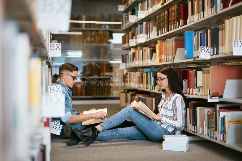 Ucznie studiuje w bibliotece uniwersyteckiej obrazy royalty free