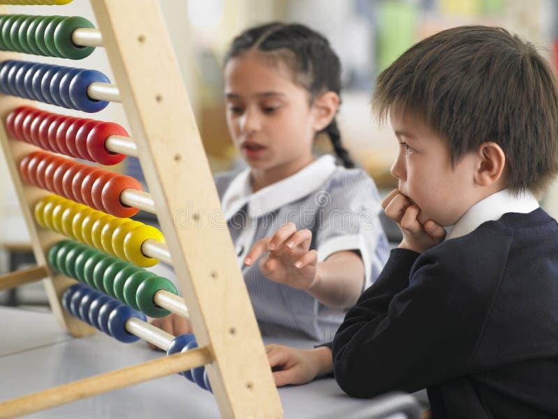 Ucznie Używa abakusa W sala lekcyjnej obraz stock