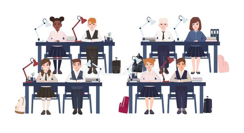 Ucznie w jednolitym obsiadaniu przy biurkami w sala lekcyjnej odizolowywającej na białym tle Smutne i uśmiechnięte szkół podstawo ilustracji