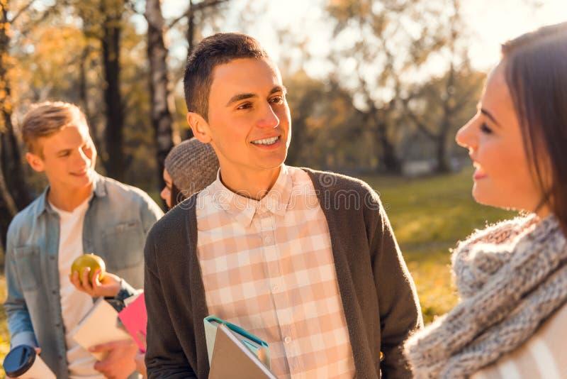 Ucznie w jesień parku zdjęcia stock