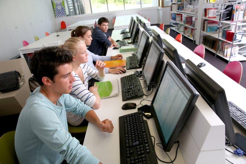 Ucznie w sala lekcyjnej obrazy stock