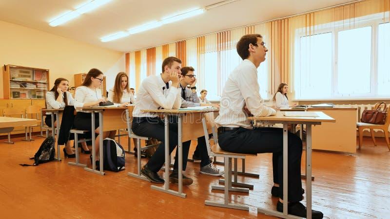 Ucznie w sala lekcyjnej są przy ich biurkami Rosjanin szkoła obraz stock