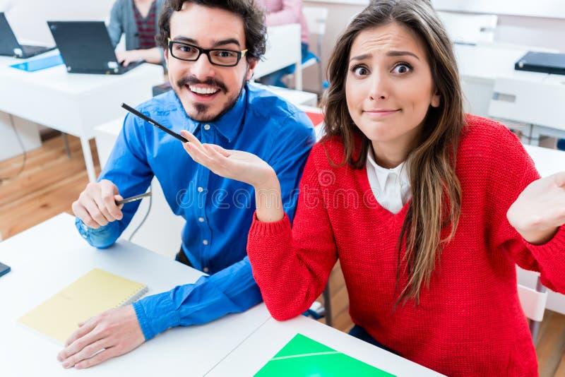 Ucznie w szkole wyższa - kobieta ma żadny wskazówkę obraz royalty free