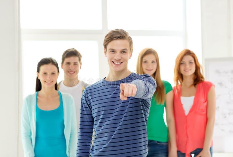 Ucznie z nastolatkiem wskazuje przy tobą w przodzie obraz royalty free