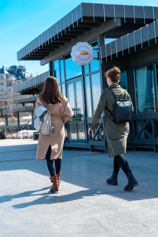 Ucznie z plecakami na plecy i żakieta odprowadzeniu wokoło miasta Kazan na słonecznym dniu obraz royalty free