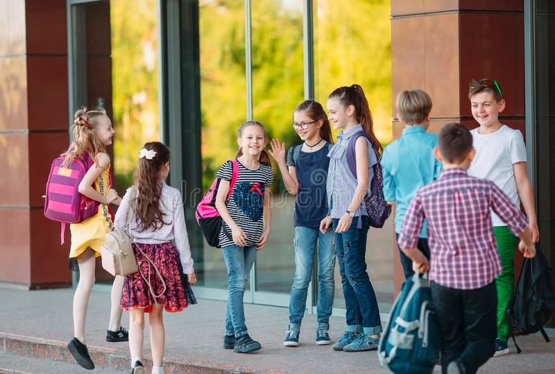 Uczniowie chodzą do szkoły. Uczniowie witam się nawzajem obraz royalty free