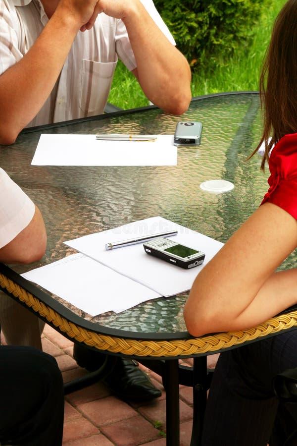 uczniowie dyskusja znajdujące się na zewnątrz zdjęcia stock