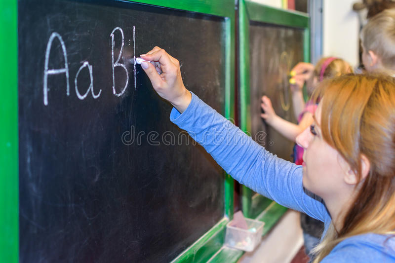 Uczyć się pisać ABC na blackboard zdjęcia royalty free