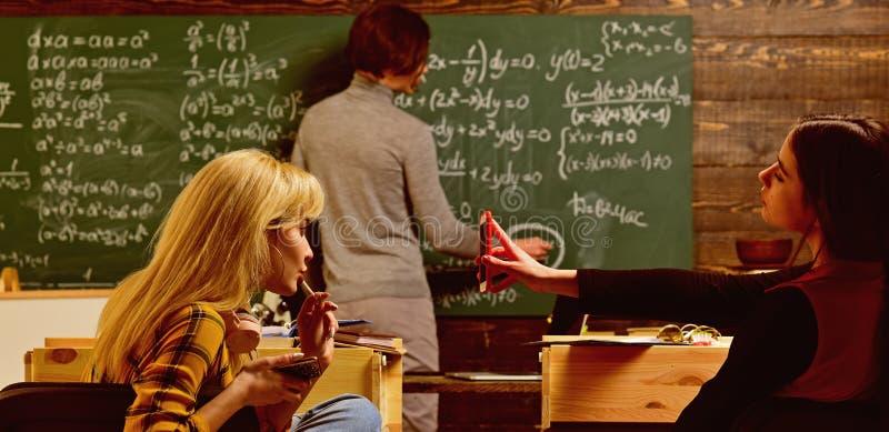Uczy? intymne klasy jest jeden najlepszy opcje dla nauczyciela teraz Nowo?ytny nauczyciela modni? pisze na du?ym blackboard zdjęcie stock