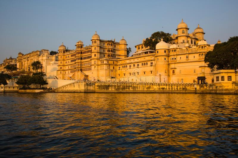 Udaipur: Gouden Stadspaleis, Meer Pichola royalty-vrije stock fotografie