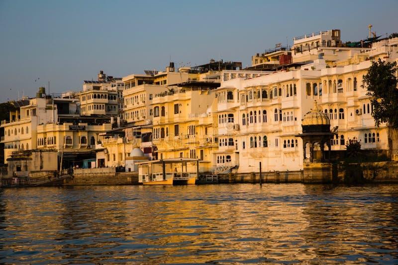 Udaipur: Oever van het meervilla's bij Zonsondergang stock fotografie