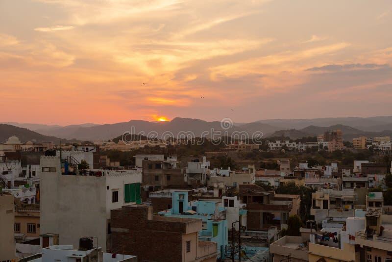 Udaipur-Stadt bei Sonnenuntergang stockbild
