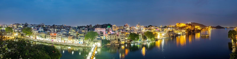 Udaipur-Stadt am See Pichola am Abend, Rajasthan, Indien stockfoto
