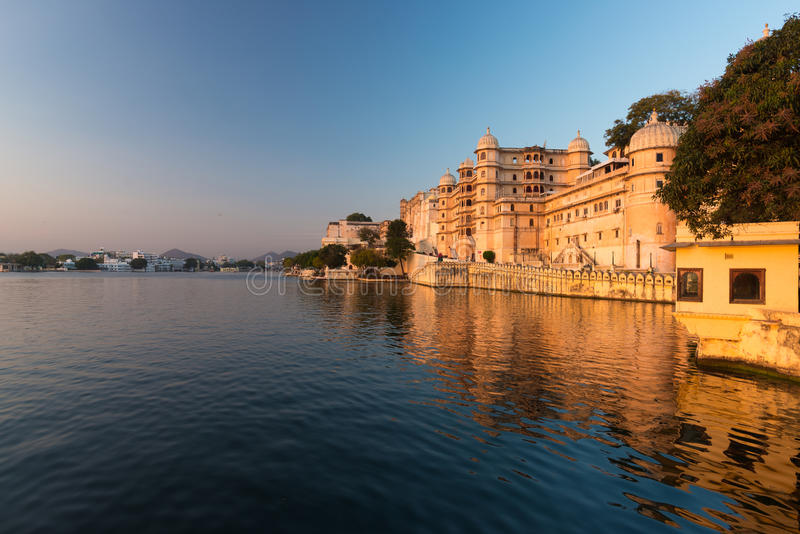 Udaipur-Stadtbild bei Sonnenuntergang lizenzfreie stockfotografie