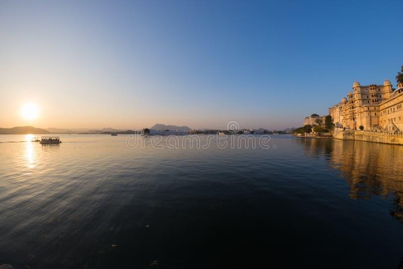 Udaipur-Stadtbild bei Sonnenuntergang lizenzfreies stockfoto