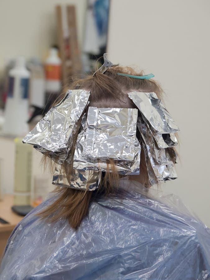 Udaremnia na włosy gdy barwiący włosy obraz royalty free