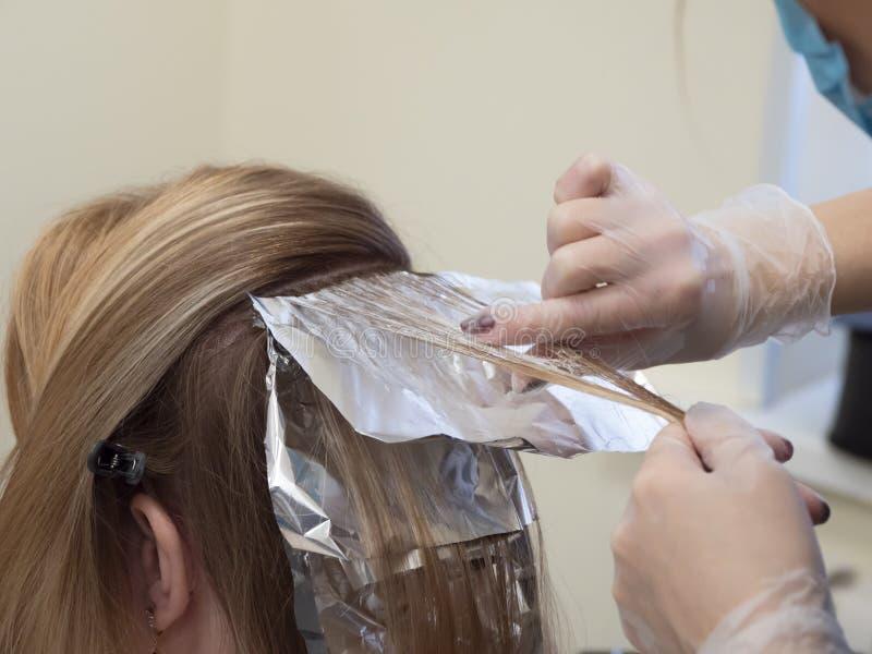 Udaremnia na włosy gdy barwiący włosy obrazy stock