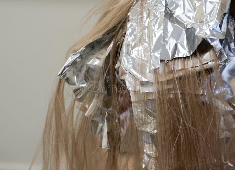 Udaremnia na włosy gdy barwiący włosy fotografia stock
