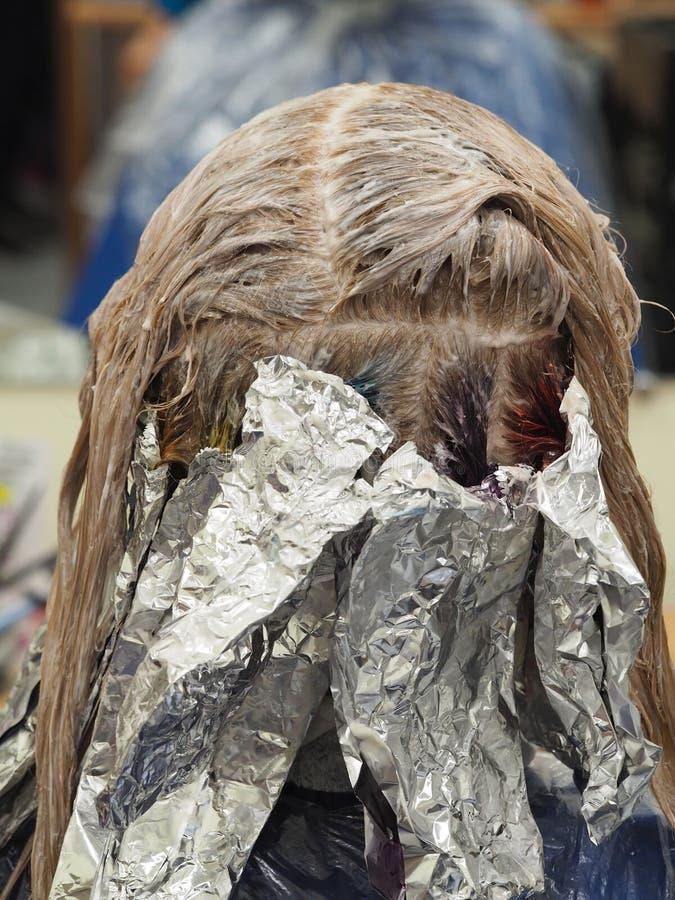 Udaremnia na włosy gdy barwiący włosy obraz stock