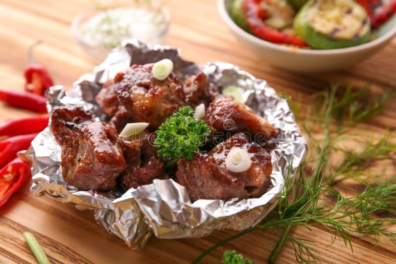 Udaremnia z kawałkami shish-kebab na drewnianym stole zdjęcia stock