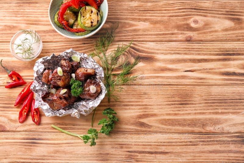 Udaremnia z kawałkami shish-kebab na drewnianym stole zdjęcie royalty free