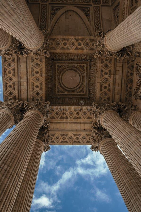 Udda perspektiv av kolonner på panteoningången i neoclassical stil och molnig himmel i Paris royaltyfri foto