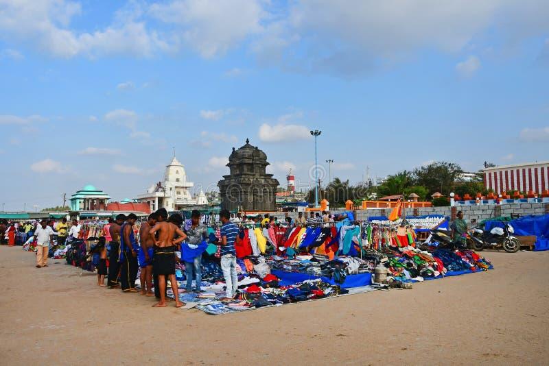 Udde Comorin Kanyakumari, Indien, västra Bengal Tamil Nadu, mars, 15, 2019 Folk som går på liten loppmarknad royaltyfri bild