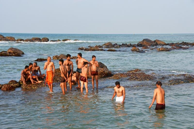 Udde Comorin Kanyakumari, Indien, v?stra Bengal Tamil Nadu, mars, 15, 2019 Hindus badar i vattnet av det indiska havet p royaltyfri bild