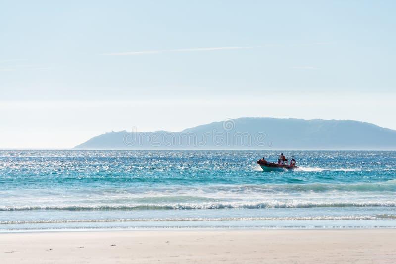 Udde Finisterre som sett från den Carnota stranden fotografering för bildbyråer