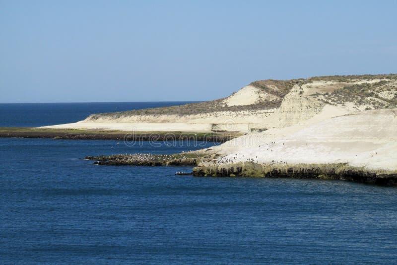 Udde med vita klippor i havet arkivfoton