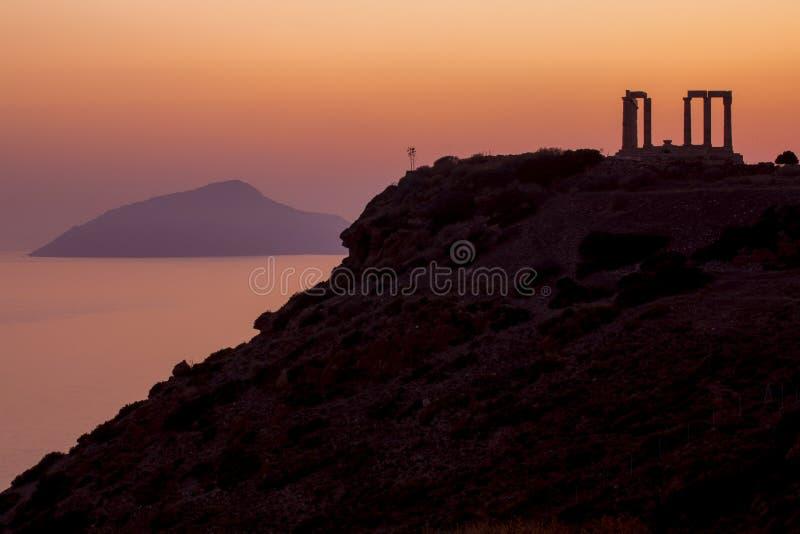 Udde Sounion och tempel av Poseidon på solnedgången i Grekland arkivfoto