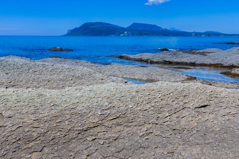Udde Stolbchaty Udde på västkusten av ön av Kunashi royaltyfri bild