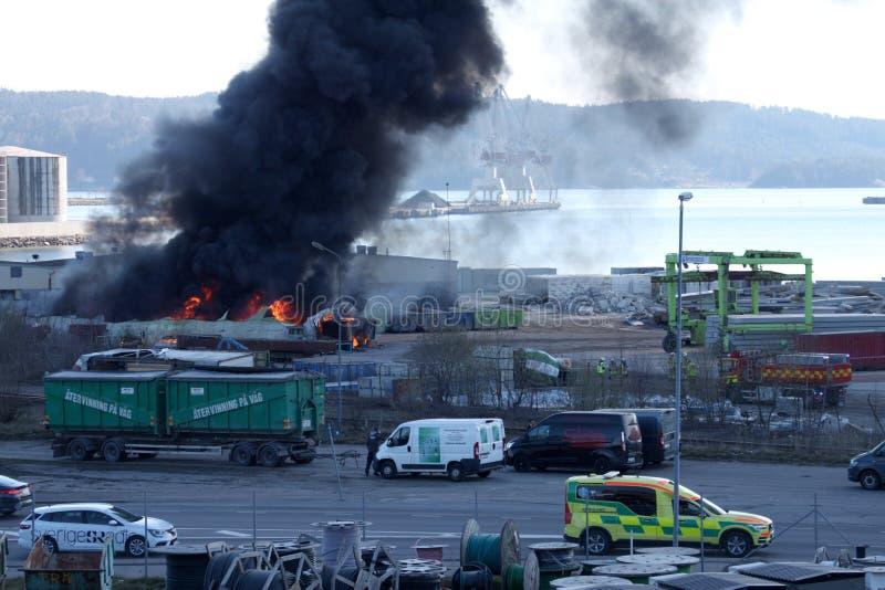 Uddevalla, Schweden, am 15. April 2019: Feuer in Uddevallas-Hafen lizenzfreies stockbild