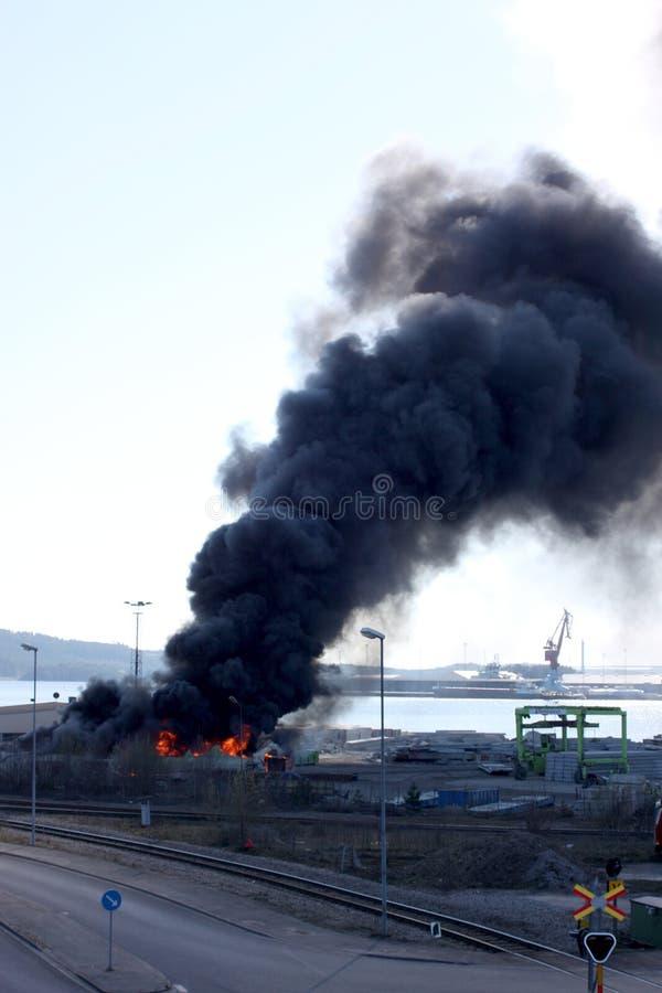 Uddevalla Sverige, April 15 2019: Brand i den Uddevallas hamnen fotografering för bildbyråer
